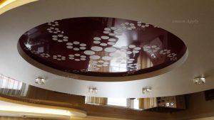 Натяжной потолок в гостинной