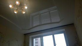 Двухуровневый натяжной потолок в гостинной