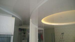 Двухуровневый натяжной потолок в гостннй