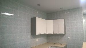 Натяжной потолок в кухне